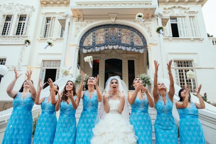 Noiva Sarah Ferrari determinou a cor azul para as madrinhas, em São Paulo (SP). (Foto: Danilo Siqueira/Divulgação)