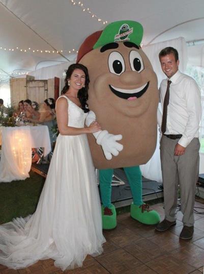 Amy e Mathew em foto com o mascote Tate the Tater (Reprodução Facebook/@PEIPotatoes)