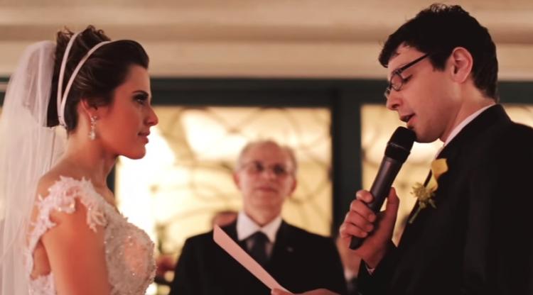 Daiana e Bruno durante os votos, na cerimônia do casamento (Reprodução)