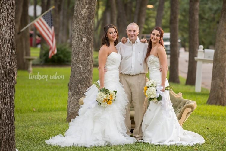 Sarah e Becca ao lado do pai, Scott (Foto: Lindsey Rabon/Divulgação)