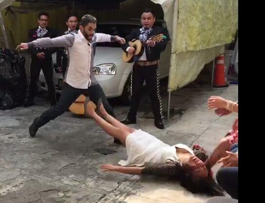 Momento em que Reyna desmaia ao receber pedido de casamento (Foto: Reprodução/Facebook)