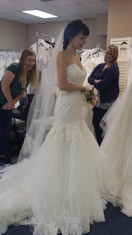 Taylor na loja em que comprou o vestido (Reprodução/Taylor Ann Art)