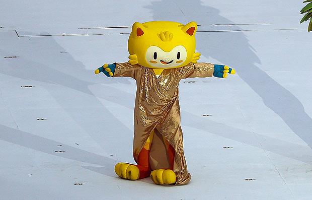 Mascote olímpico Vinícius  vestido de Gisele Bündchen (Zanone Fraissat/Folhapress)