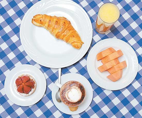 Fazer ou sair para tomar um café da manhã é mais barato do que jantar em um restaurante badalado (Zé Carlos Barretta/Folhapress)