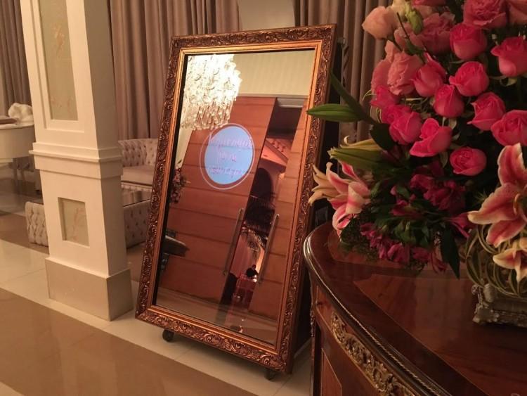 Espelho 'conversa' com os convidados e tira fotos (Divulgação)