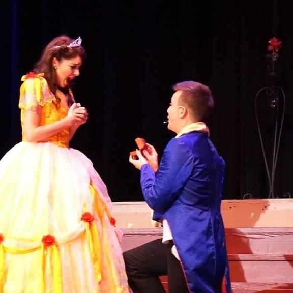 Kaley fica surpresa com o pedido de casamento de Brendon em pleno meio do espetáculo (Reproduçã/Facebook)
