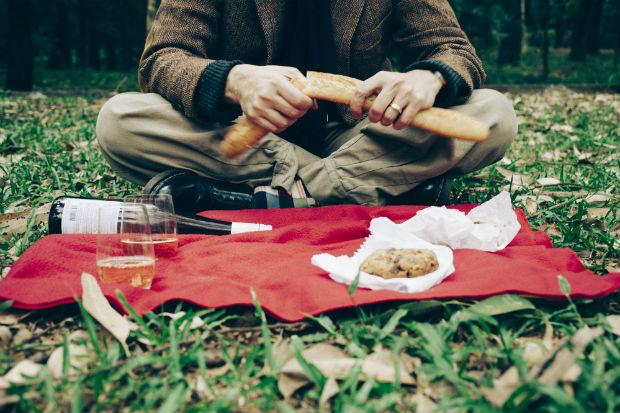 Piquenique no parque é boa ideia para economizar e sair da rotina dos jantares (Fernando Sciarra/Folhapress)