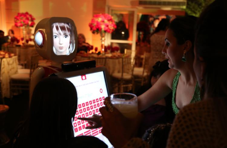 Robô tira foto, é mural de mensagens e ajuda na arrecadação de dinheiro na hora da gravata (Divulgação)
