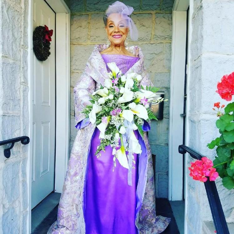 Millie Taylor-Morrison, aos 86 anos, com o vestido que desenhou para si (Reprodução/Facebook)