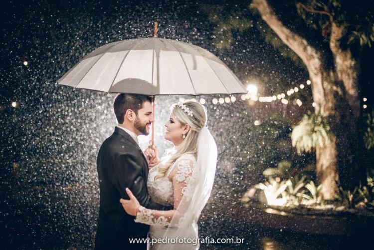 Paula e Antônio tiraram proveito até da chuva no dia do casamento (Pedro Fotografia/Arquivo Pessoal)