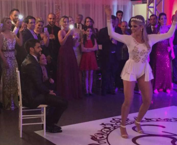 Paula Marques dança para o marido na festa de casamento, no Acre (Reprodução/Facebook)