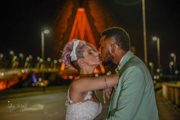 Carol e Felipe tiraram fotos para o álbum de casamento próximo à ponte Estaiada (Arquivo pessoal)