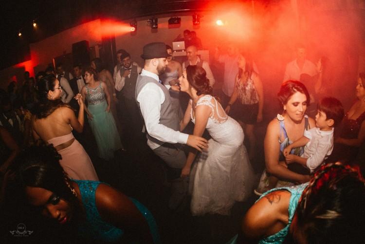 Renata e Wesley se divertem na pista de dança no dia do casamento