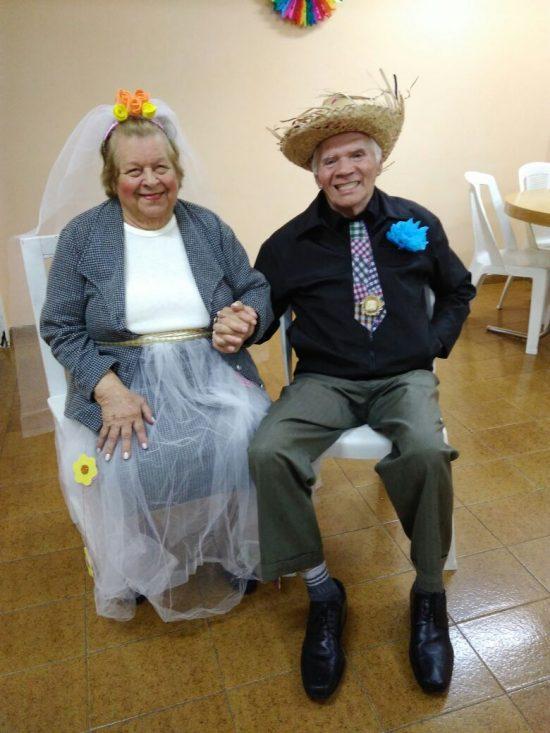Therezinha e Antônio como noivinhos da festa julina do pensionato onde moram