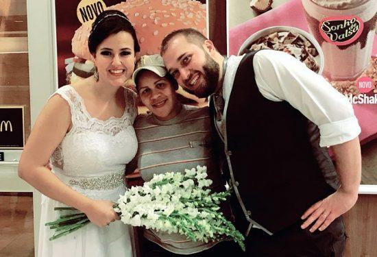 Os noivos Aline e Fernando com funcionária do Mc Donald's