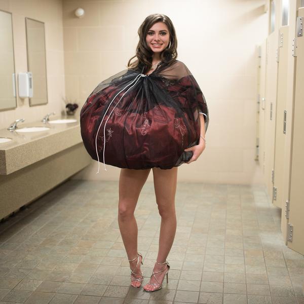 Mulher usa o bridal buddy preto, para facilitar a ida ao banheiro