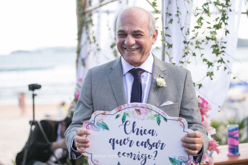 José Nelson segura plaquinha com pedido de casamento para Angela
