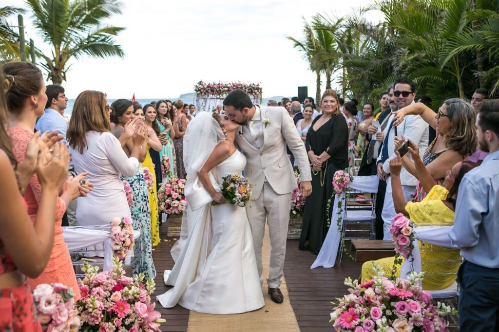 Aplausos dos convidados para Carolina e Igor após a cerimônia de casamento
