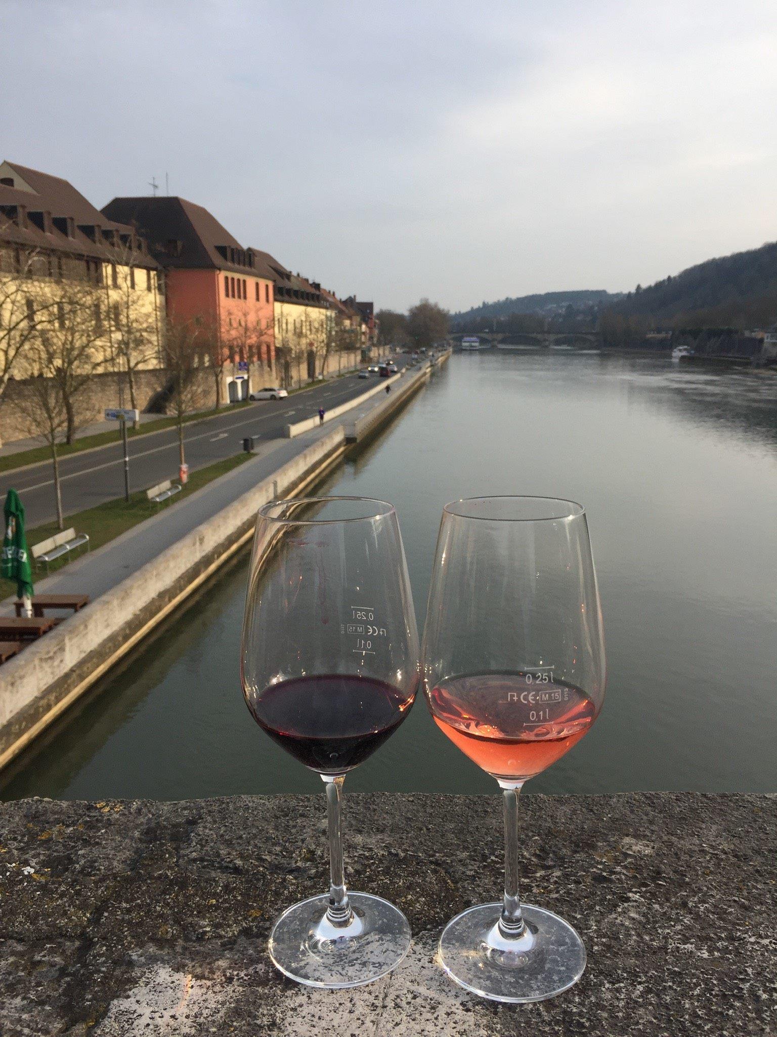 vinho sobre a ponte Mainbrucke