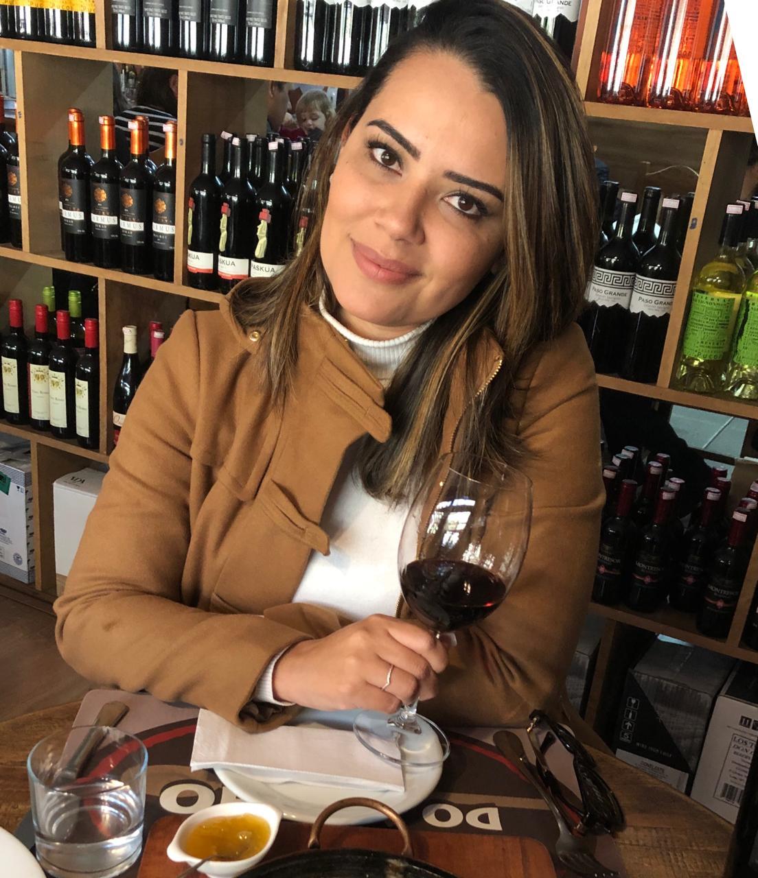Tatiana Macedo, sommelier e consultora de vinhos, dá dicas para presentear noivos com a bebida (Arquivo pessoal)