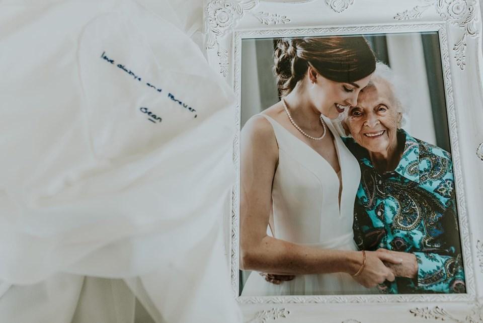 Tara e Stasia Foley em foto tirada 27 dias antes da idosa falecer; ao lado, mensagem destinada ao irmão da noiva (Misty McLendon Photography )