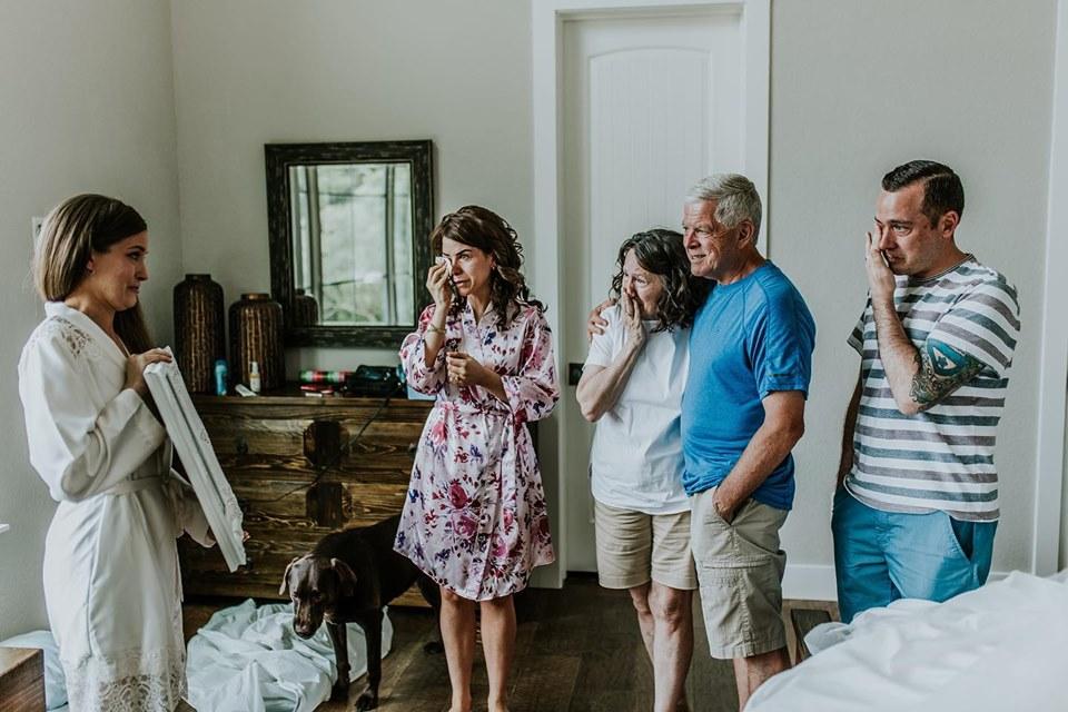 Tara mostra para a família foto que tirou ao lado da avó dias antes de ela morrer (Misty McLendon Photography )