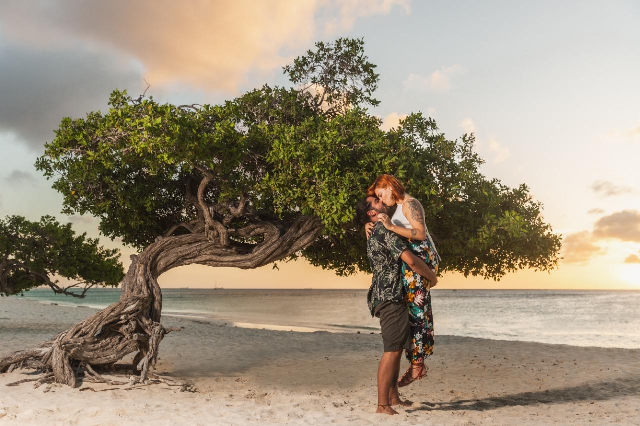 Letícia e Paulo em Aruba após pedido de casamento (Divulgação)